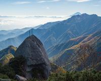 山梨県 甲斐駒ヶ岳9合目付近から見る剣と富士山