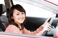 車の運転をしている日本人女性