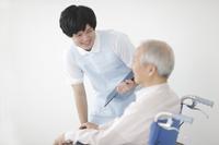 シニアのケアをする介護士