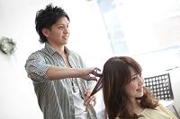 髪をカットする美容師