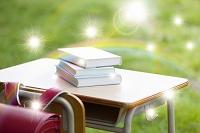 虹と勉強机に置かれた本