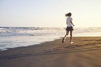 砂浜を走る女の子