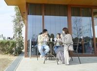 カフェでくつろぐ日本人家族