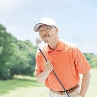 ゴルフクラブを持った中高年の日本人男性