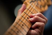エレキギターを弾く