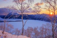北海道 霧氷の摩周湖 摩周岳と朝日
