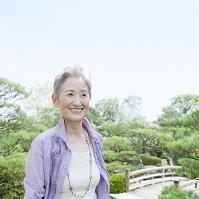 日本庭園に佇むシニア日本人女性