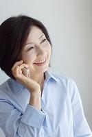 電話する中年女性