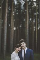 森に立つウェディングのカップル
