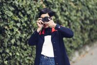 カメラを構える若い外国人