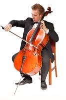 チェロを演奏する男性