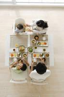 日本人家族の食卓の俯瞰