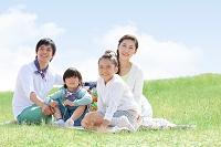 レジャーシートに座っている日本人家族
