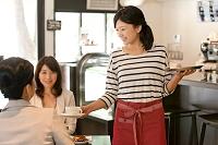 カフェで働く店員