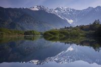 長野県 上高地 早朝の大正池と穂高連峰