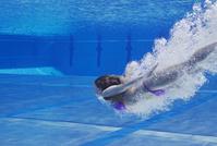 プールに飛び込む外国人女性