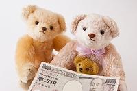 1万円札を持ったテディベア
