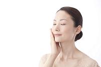 頬に手をあてる中年日本人女性
