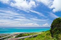 沖縄県 太平洋の青い海とニライカナイ橋