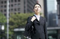 見上げる日本人ビジネスウーマン