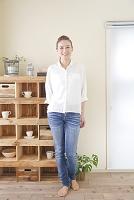 棚の前で微笑む日本人女性