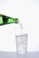 グラスに水を注ぐ