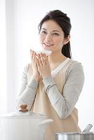 味見をする日本人女性