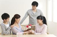 母の日のお祝いをする日本人家族