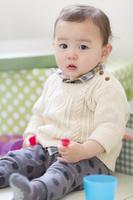 足を伸ばして座る日本人の男の子