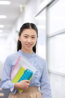 勉強道具を持つ笑顔の女の子