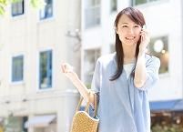 スマートフォンで電話している日本人女性