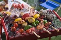 串焼をバーベキューコンロで焼く