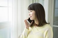 電話をする20代女性
