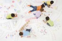 絵で描いた街で遊ぶ子供たち