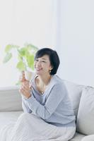 コップを持つアラフィフの日本人女性