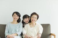 団らんの日本人3世代家族