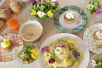 花を飾った料理の並ぶパーティーのテーブル