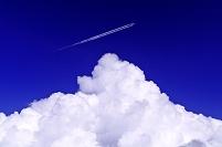 北海道 夏雲と飛行機雲