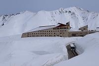 富山県 立山町 雪の大谷とホテル立山