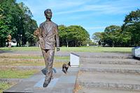 茨城県 つくば市中央公園 愛猫と散歩する朝永振一郎像