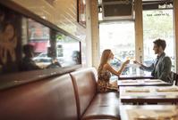 カフェで乾杯する夫婦