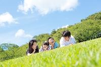 公園でくつろぐ日本人家族