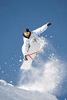 ジャンプするスノーボーダー