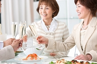 シャンパンで乾杯する中高年日本人女性