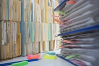 ビジネス、書類の束と鉛筆と付箋