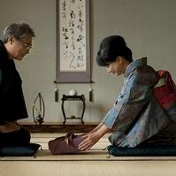 着物でお歳暮を差し出すシニア日本人女性