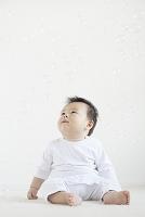シャボン玉を見上げる日本人の赤ちゃん
