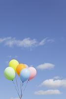 青空とカラフルな風船