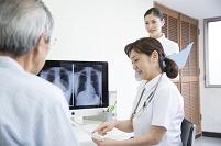 医者に受診するシニア男性患者と看護師