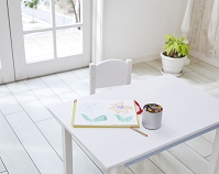 机の上のクレヨンとスケッチブック
